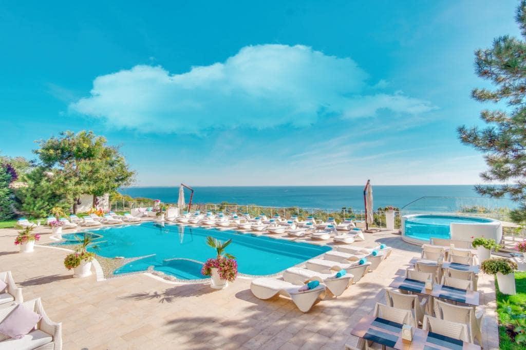 відпочинок у відкритому басейні готелю Panorama De Luxe
