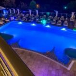 вид на басейн готелю вночі з підсвідкою